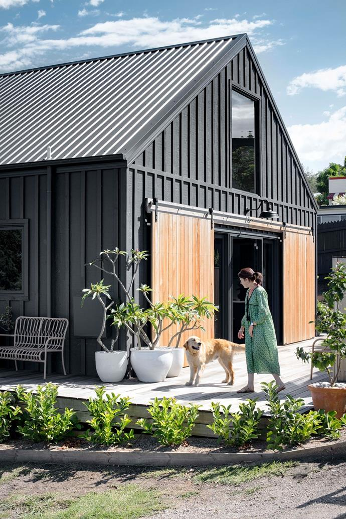 "A shared love of the aesthetic of barns, particularly dark-coloured Scandinavian designs, inspired this [modern barn style house](https://www.homestolove.com.au/modern-barn-style-house-19961|target=""_blank"") with waterfront views on Lake Conjola. The home's exterior is clad with Weathertex Woodsman sheets with timber battens laid on top and painted in Dulux 'Monument'."