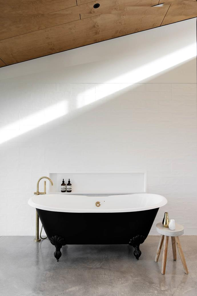 "The vintage bath in this handsome [property on the NSW south coast](https://www.homestolove.com.au/a-home-up-high-on-the-south-coast-of-nsw-4569|target=""_blank"") was found by the owners and restored - perfect for the modern-country aesthetic."