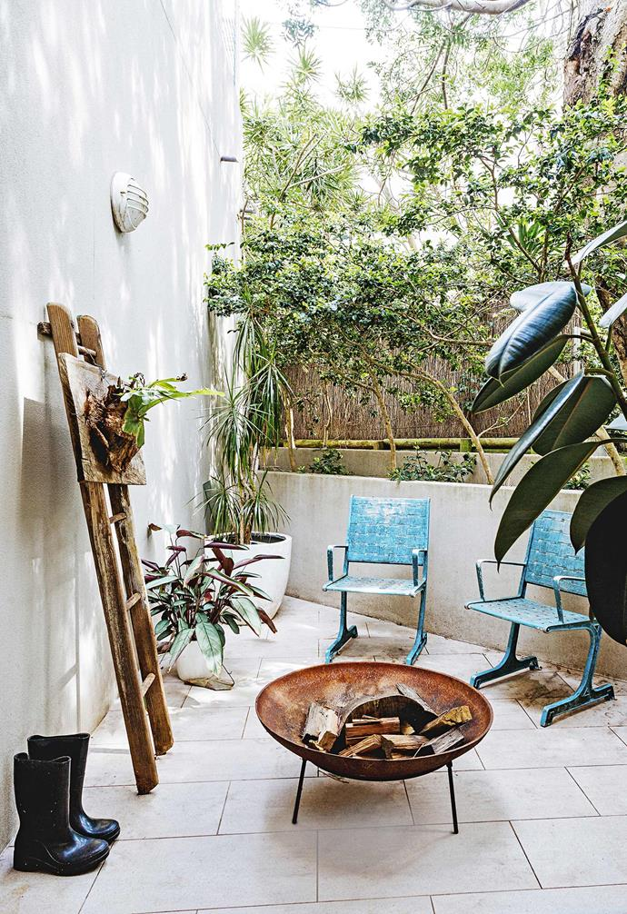 "In the [creative home of artists Vicki Lee and Ted O'Donnell](https://www.homestolove.com.au/gallery-artists-in-residence-2429|target=""_blank"") a cast iron firepit has transformed their balcony into an entertaining zone that remains cosy all year round."