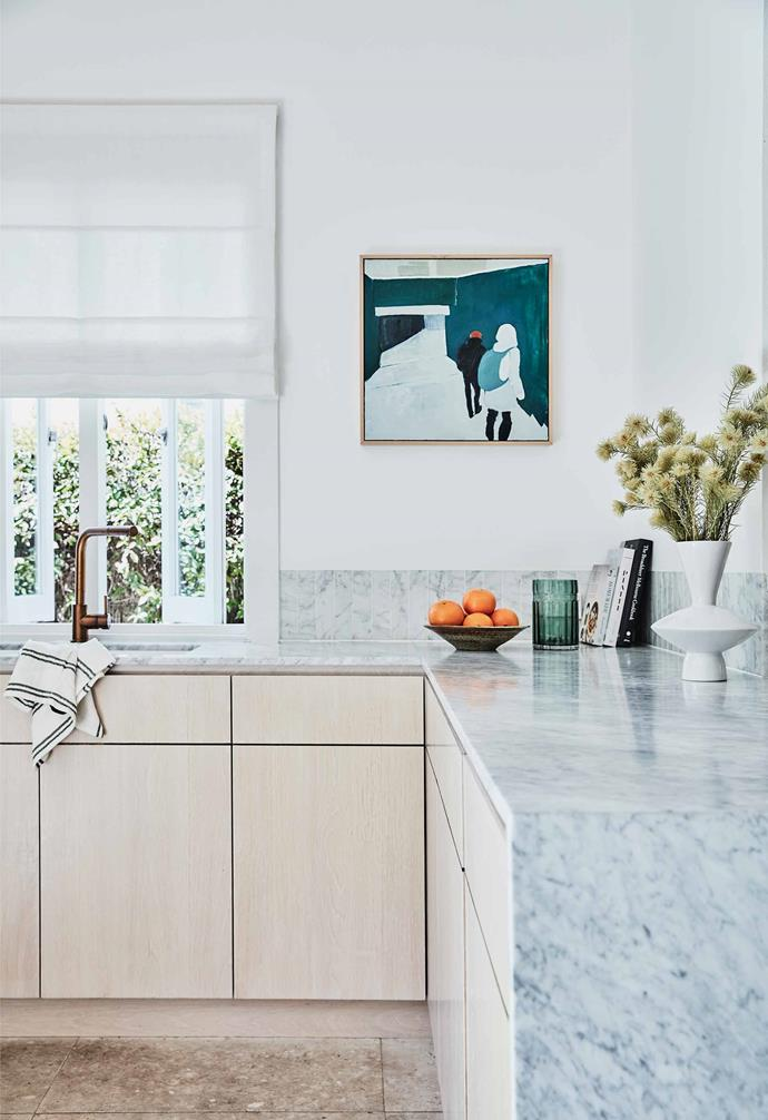"[Interior designer Kristy McGregor has transformed her Bondi home](https://www.homestolove.com.au/kristy-mcgregor-house-21306|target=""_blank"") into the perfect coastal abode with a refined material palette. In the kitchen, crisp white walls are paired with limewashed oak veneer cabinetry that is topped by a 20mm Carrara marble waterfall benchtop."