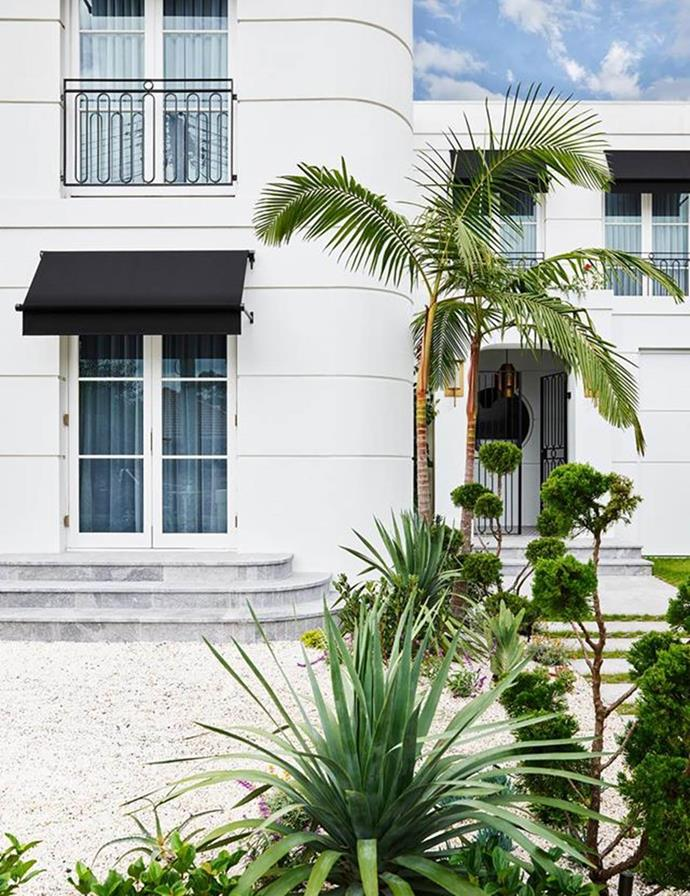 "The French art deco influence is instantly apparent in this [glamorous home's](https://www.homestolove.com.au/sophisticated-yet-youthful-art-deco-home-21152|target=""_blank"") curved facade. The architecture, custom balustrades and entry gates are all designed by Greg Natale."