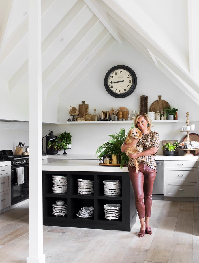 "In [Chyka Keebaugh's Mornington Peninsula weekender](https://www.homestolove.com.au/mornington-peninsula-weekender-19583|target=""_blank"") inspiration from both Hamptons style and French Provincial design come together in this relaxed kitchen space where shaker style kitchen cabinets surround a statement kitchen island."
