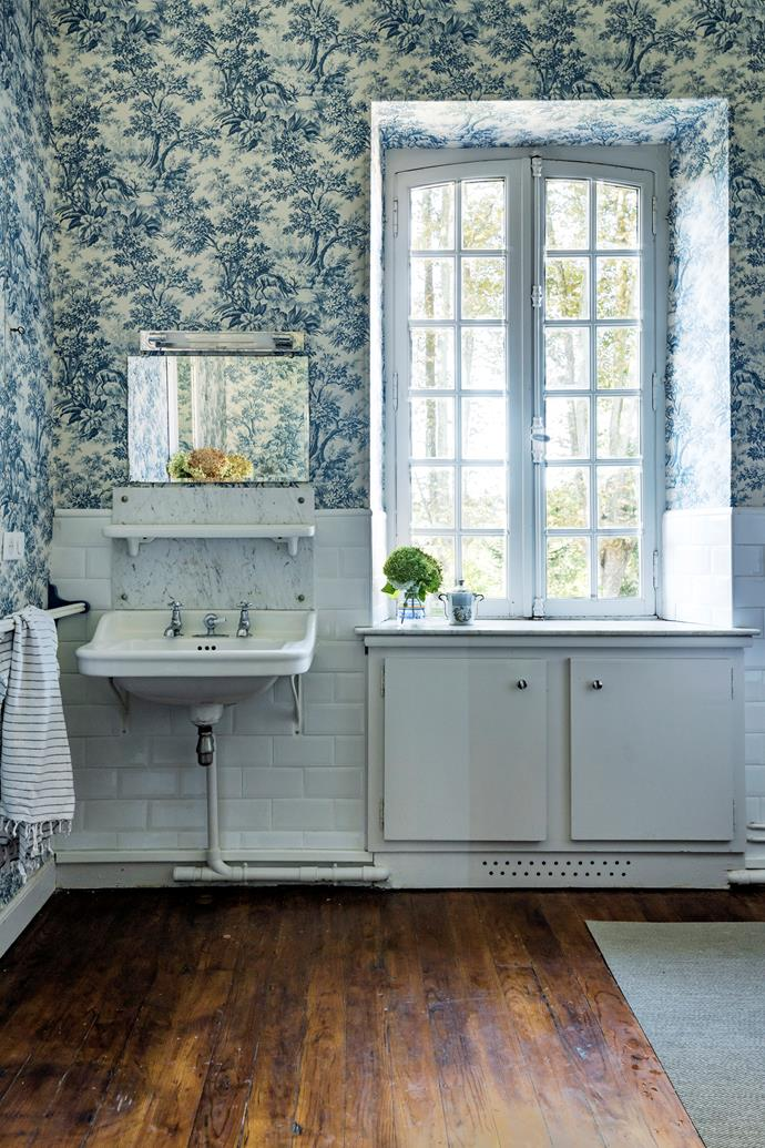 In the bathroom is Stag Toile wallpaper in Juniper from Little Greene.