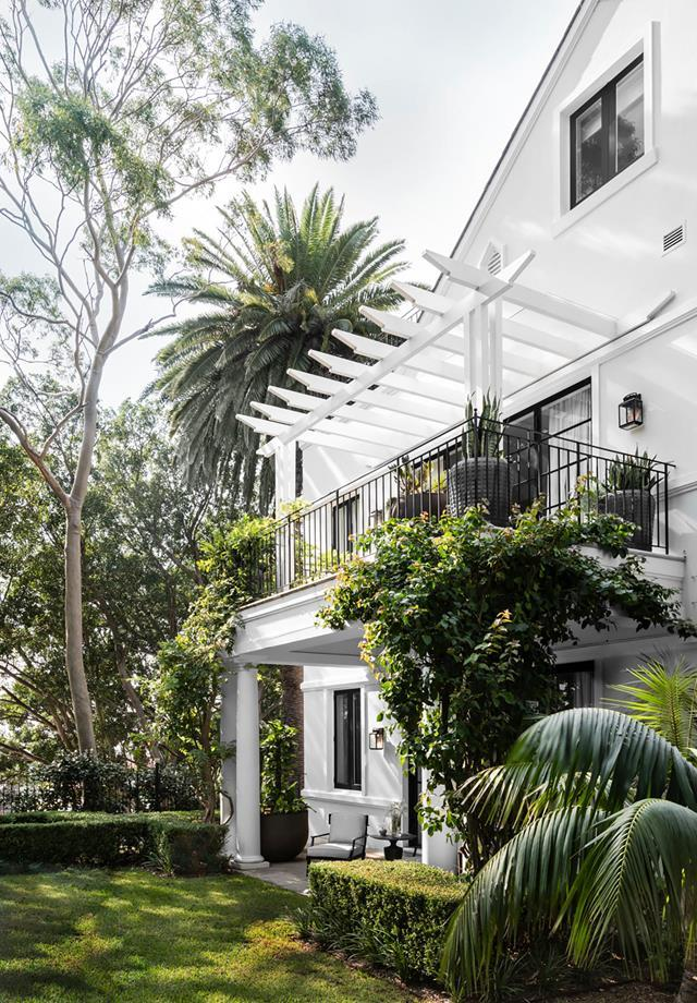 """The exterior of this [updated Georgian-style house](https://www.homestolove.com.au/georgian-style-home-inspired-by-obamas-residence-21091