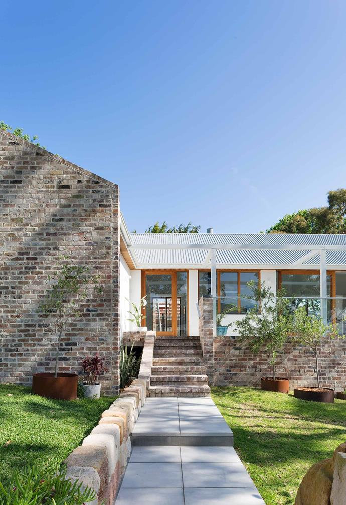 "**Front yard** On the left side of the house, half of a recycled-brick pentagonal gable is clearly visible. The large pots and other circular elements mirror the round window on the side. [Chase Projects](https://www.chaseprojects.com.au/|target=""_blank""