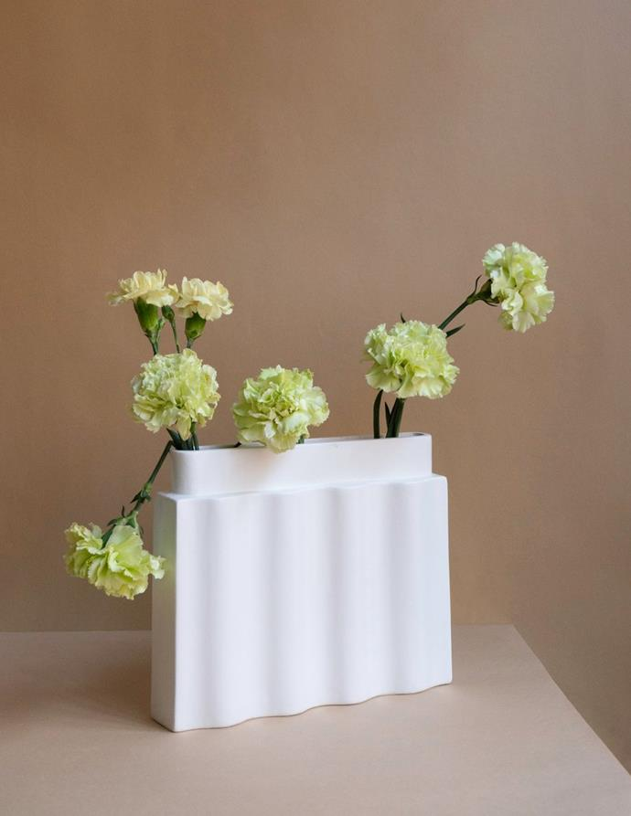"Los Objetos Decorativos Waves Vase, $330, [en gold](https://engold.com.au/collections/wares-1/products/waves-vase|target=""_blank""|rel=""nofollow"")"