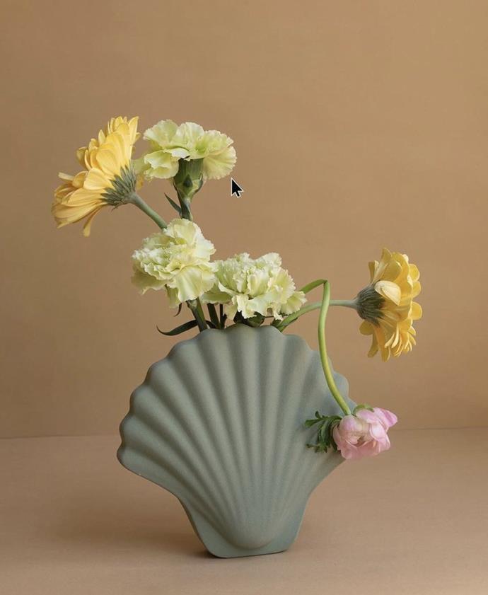"Los Objetos Decorativos Seashell Vase, Juniper, $150, [en gold](https://engold.com.au/collections/wares-1/products/seashell-vase-juniper|target=""_blank""|rel=""nofollow"")"