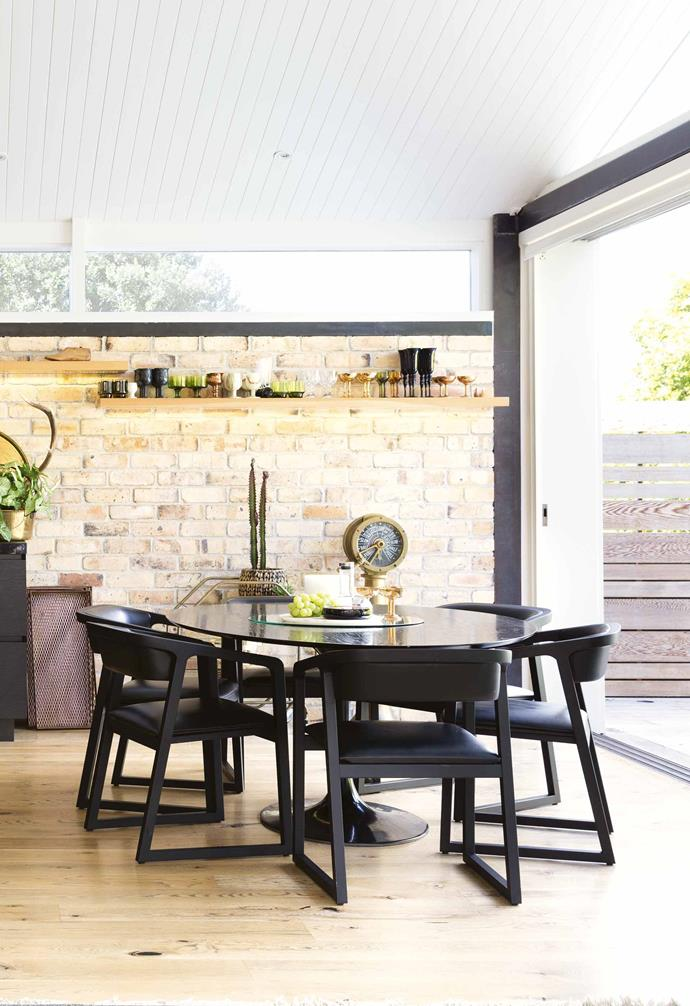**Dining area** A circular dining table helps to encourage flow around the open-plan dining space.