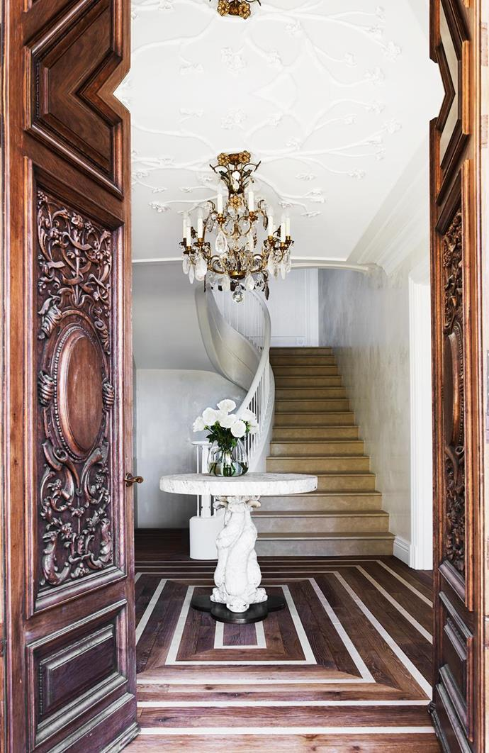 "A striking vintage chandelier hangs above the entrance hall of this [Italianate mansion](https://www.homestolove.com.au/italianate-mansion-in-sydney-by-dylan-farrell-design-5343|target=""_blank"") designed by Dylan Farrell, tying in with a definite Continental drift."