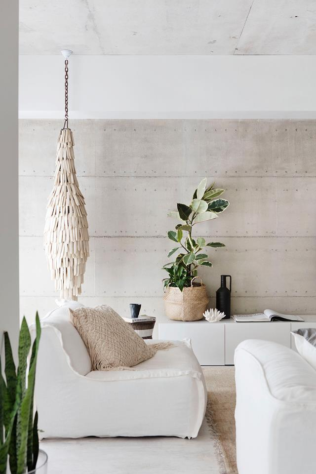 """Stepping into Michelle Williams' [home in beachside Perth](https://www.homestolove.com.au/a-nature-inspired-home-in-beachside-perth-5137