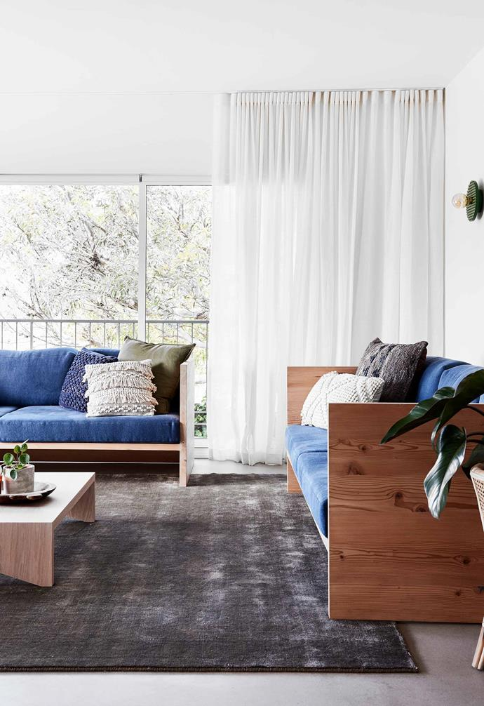 "**Rumpus room** This laidback space flows out to the deck. The vivid-blue Box day beds by [Mark Tuckey](https://www.marktuckey.com.au/|target=""_blank""