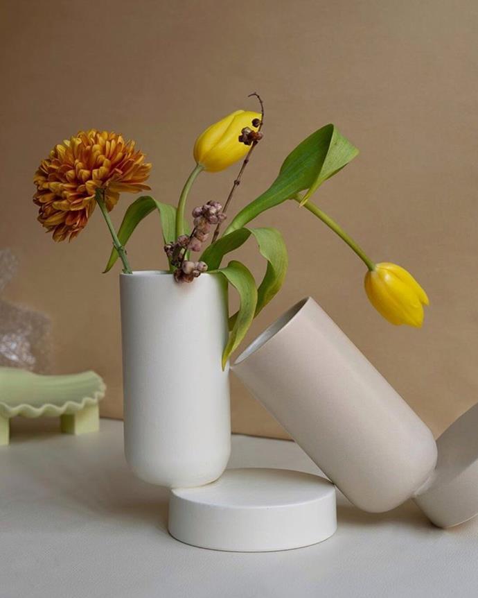 "Los Objetos Decorativos Duo Vase, White, $170, [en gold](https://engold.com.au/collections/wares-1/products/duo-vase-white|target=""_blank""|rel=""nofollow"")"