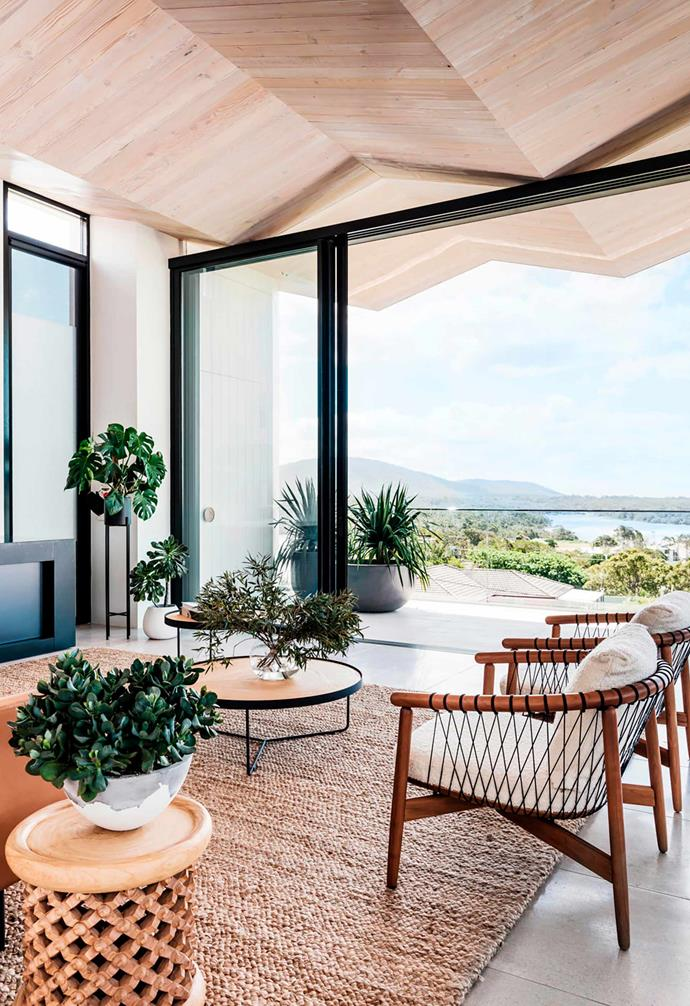 "A lush mix of bushy plantings in the living room of this [dreamy coastal home](https://www.homestolove.com.au/luxury-coastal-apartment-with-breathtaking-views-20736|target=""_blank"") helps to tie the stunning natural views to the indoors."