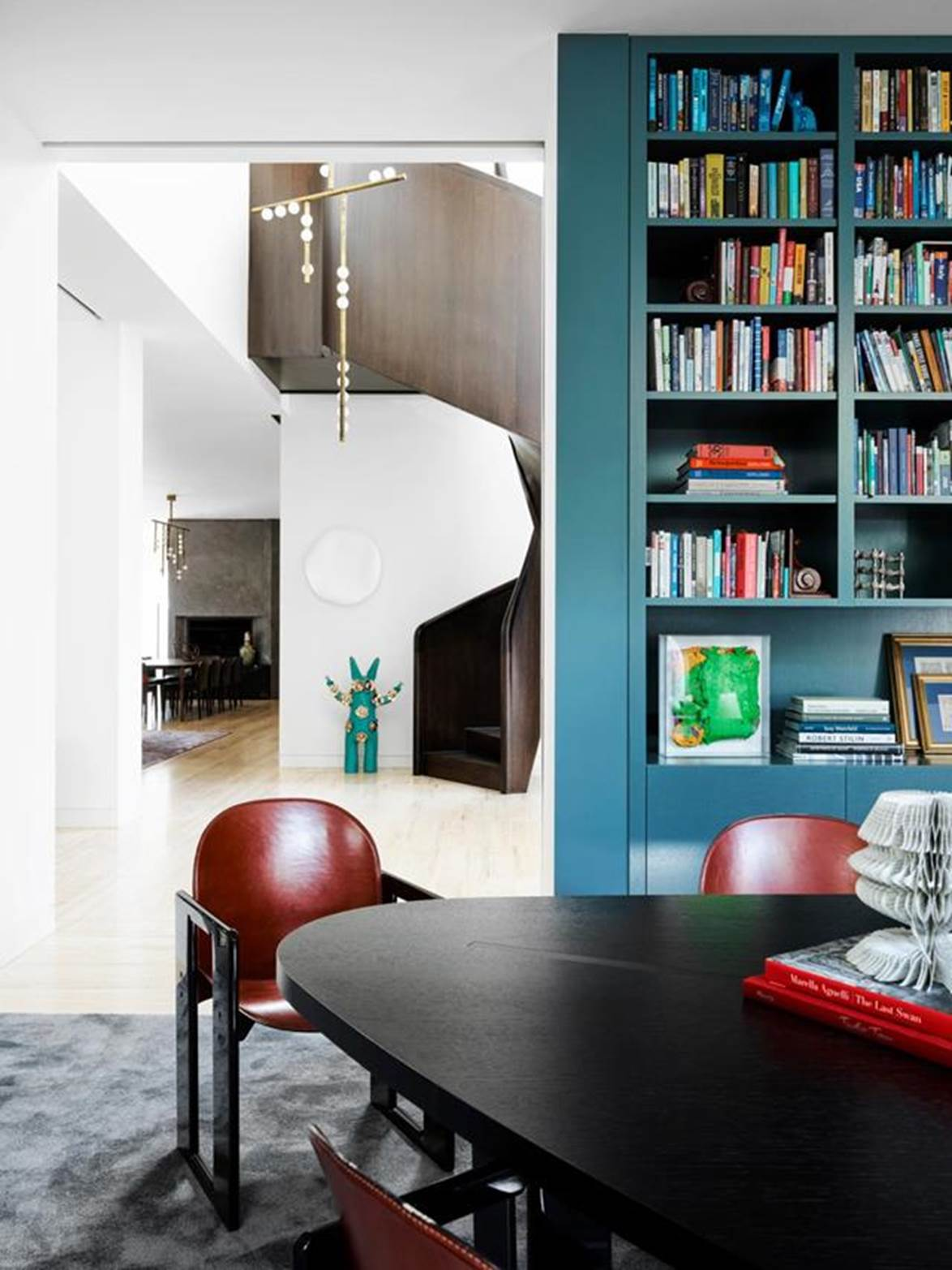 """Warm, textural minimalism of this [modernist mansion's](https://www.homestolove.com.au/modernist-mansion-toorak-21774
