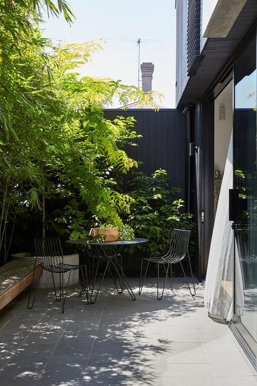 """City living and outdoor living aren't mutually exclusive. This [cleverly designed courtyard](https://www.homestolove.com.au/courtyard-garden-9942