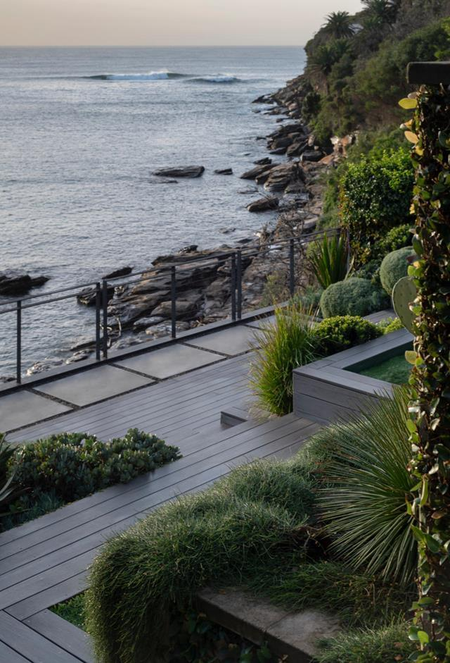 "Blurring the borders between sea, sky and earth, this [garden designed by Matt Cantwell of Secret Gardens](https://www.homestolove.com.au/sculptural-seaside-garden-sydney-21397|target=""_blank"")  delivers intimate, meditative spaces along with a sense of affinity with the limitless. The lower deck is flanked 