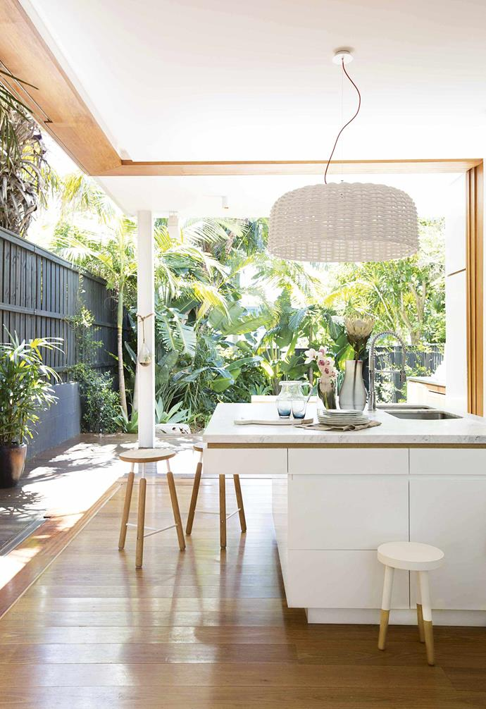 """The kitchen island is well and truly the heart of the home in this [dreamy Bondi Beach house](https://www.homestolove.com.au/aquabumps-bondi-beach-house-21822