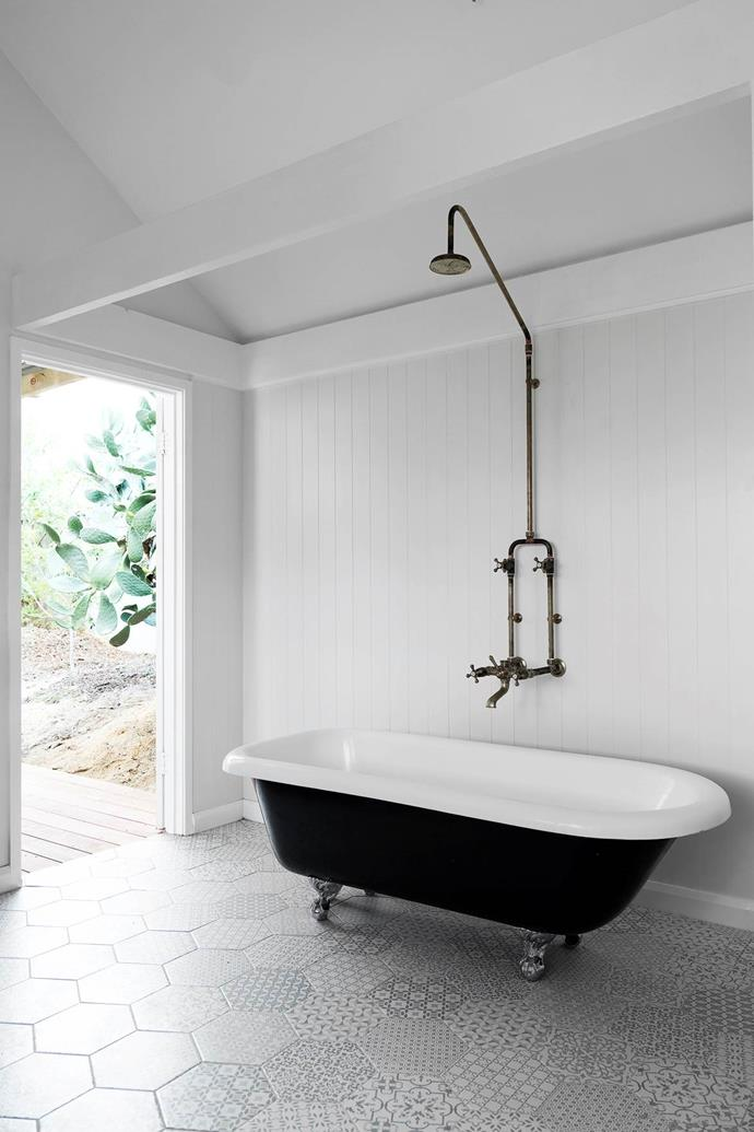 """The Kawa Heart Studio bathroom's white colour scheme, freestanding tub and patinated tapware embody a """"quintessentially laidback Australian style"""" in this [sunny Californian-style bungalow in Fremantle, Western Australia](https://www.homestolove.com.au/california-bungalow-fremantle-21075