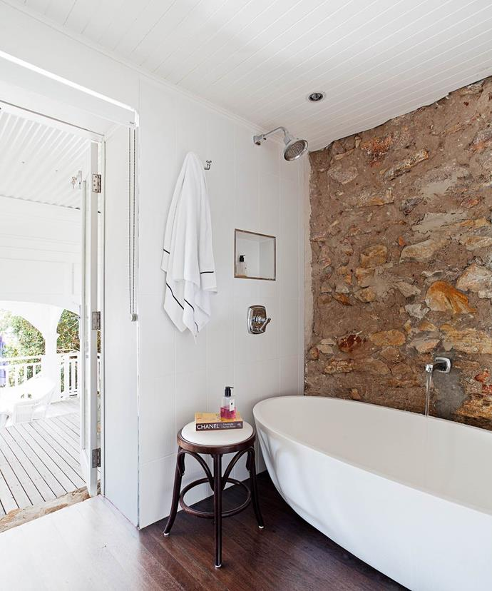 """Natural materials play a key part in the Hamptons-inspired style bathroom in this [beautiful coastal home on Sydney's Northern Beaches](https://www.homestolove.com.au/how-to-get-the-hamptons-look-3523