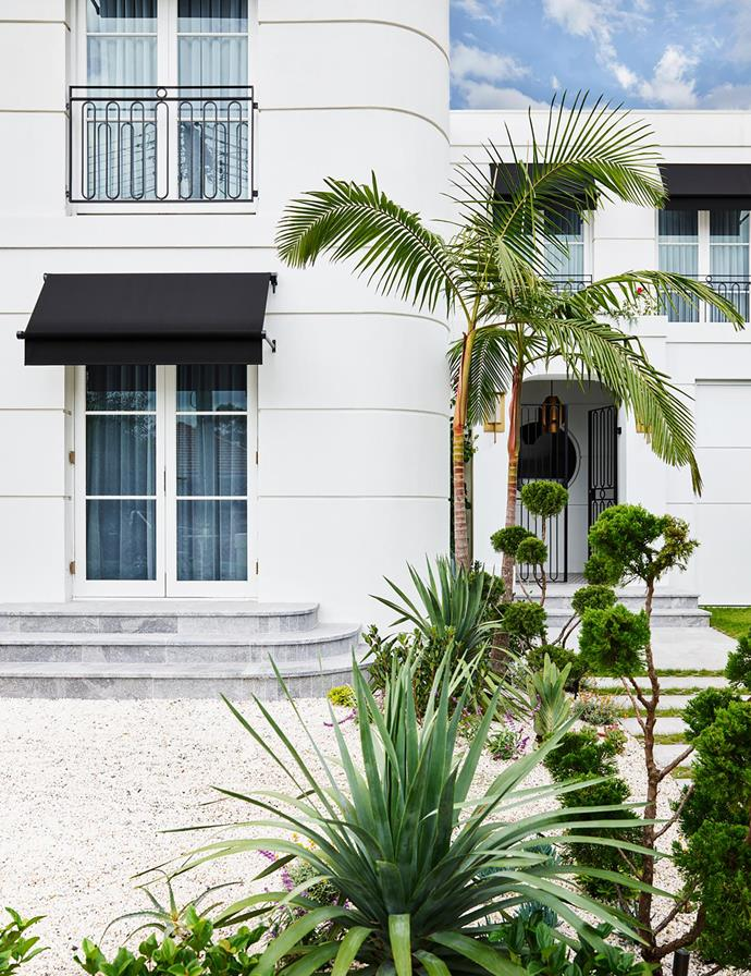 """Sophisticated curves and black awnings create a spectacular first impression for this [Art Deco home](https://www.homestolove.com.au/sophisticated-yet-youthful-art-deco-home-21152
