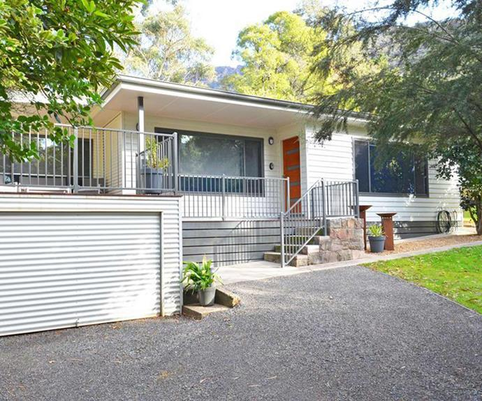 "**[Country House, Halls Gap, VIC](https://www.stayz.com.au/holiday-rental/p9211738|target=""_blank""
