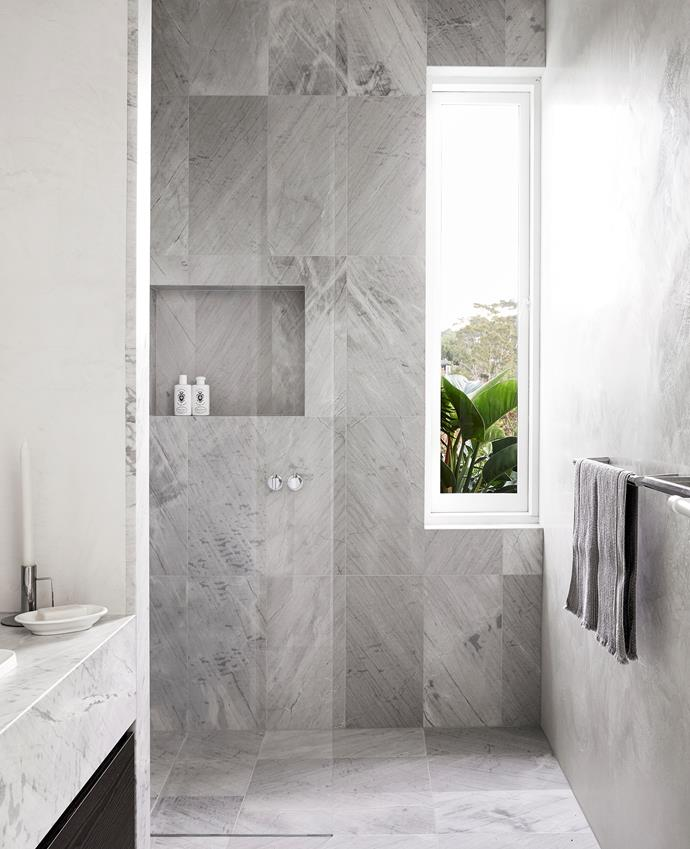 The bathrooms use the same materials with slight variations. Elba floor and wall tiles, Artedomus.