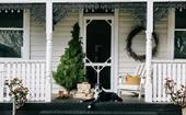 10 homes with stunning exterior Christmas decorating ideas