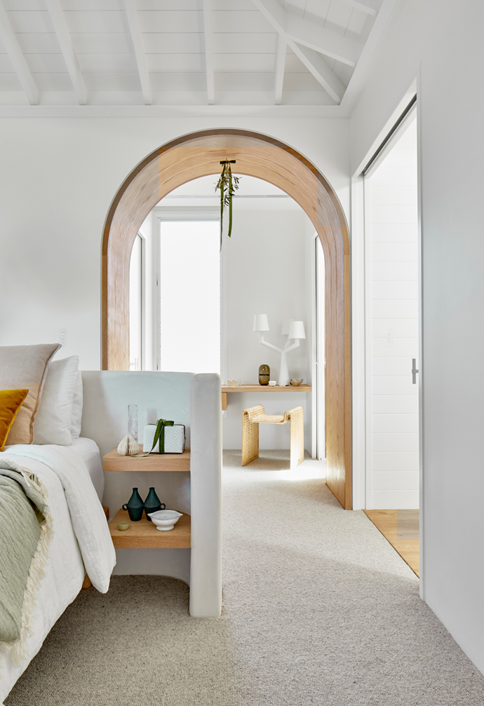 """All is calm and cool in this [coastal Sydney home](https://www.homestolove.com.au/casual-christmas-decorating-ideas-22082