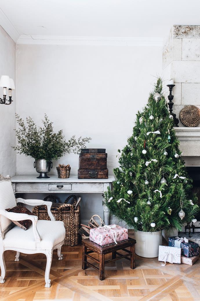 Neutral Christmas decorations add a festive feel.