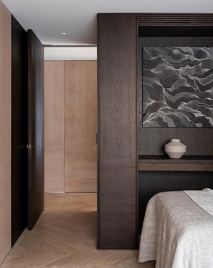 The other side of the dark core defines the second bedroom threshold and provides a niche for a painting by Anna Petyarre. Society Limonta throw from Ondene.