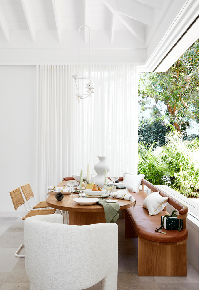 "Subdued greens and curvaceous, organic shapes create understated  style in the dining room of [this coastal home](https://www.homestolove.com.au/casual-christmas-decorating-ideas-22082|target=""_blank""). Photographer: Dave Wheeler 