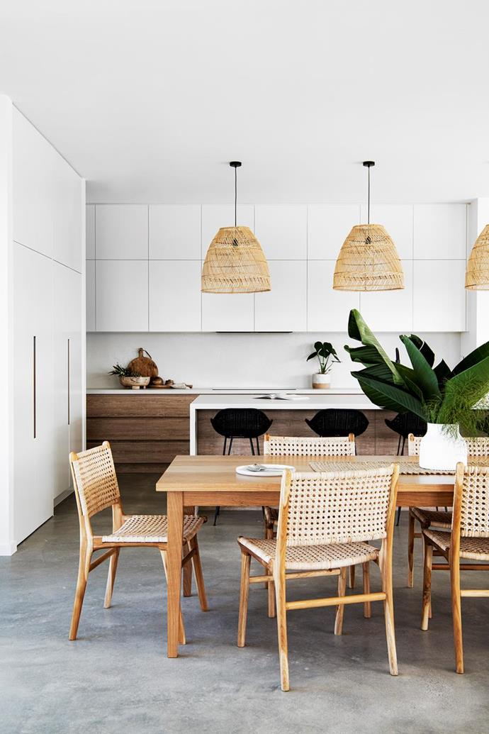 "The chic dining space is a more than just a style statement in this [resort-style new-build](https://www.homestolove.com.au/resort-style-new-build-blue-mountains-21984|target=""_blank"") at the foothills of the Blue Mountains. Photographer: Brigid Arnott 