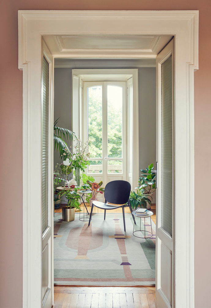 """Being surrounded by her favourite plants and blooms is what brings this jet-setting owner of this [Milan apartment](https://www.homestolove.com.au/fashion-model-apartment-milan-22021?epik=dj0yJnU9NVJnYjZzcl9ydG93QVZiWWR3bDJGckJJdG1CYnFWSXgmcD0wJm49OE9lanhXSFZBOFZVUllMOE1vLTJBUSZ0PUFBQUFBR0FYbEdN