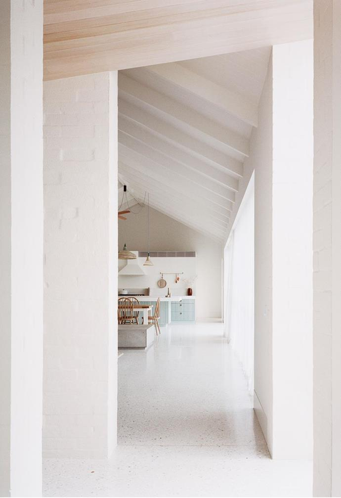 """The soaring gable roof of this [minimalist Sorrento home](https://www.homestolove.com.au/coastal-modern-minimal-home-sorrento-22203