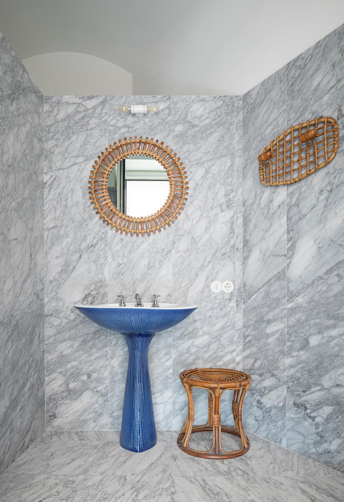 The bathroom features original fixtures by Antonia Campi and vintage cane accessories from Bonacina1889