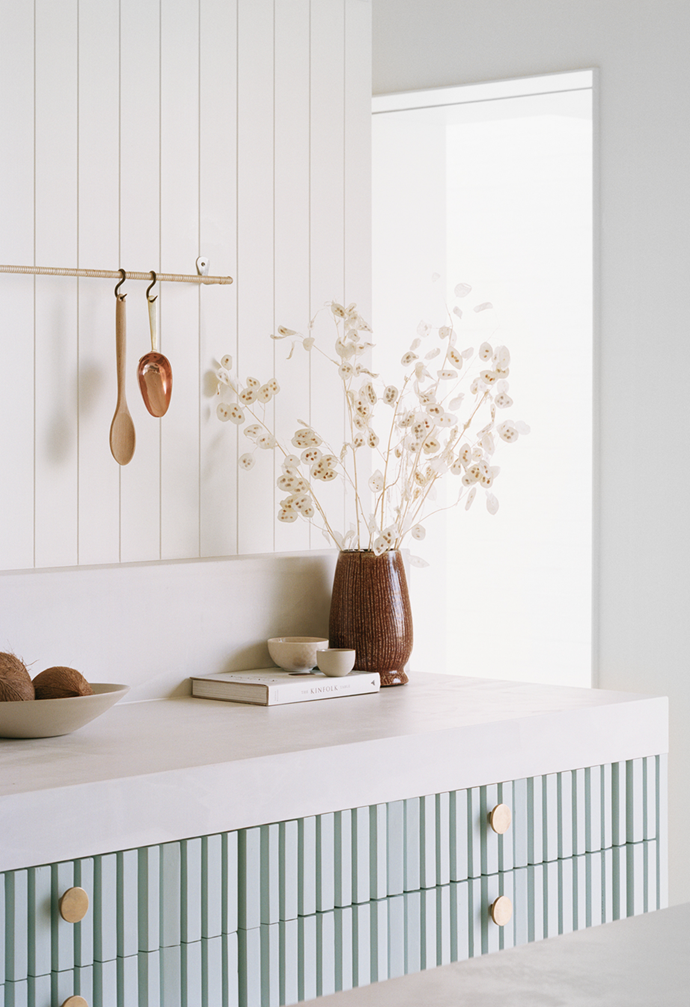"""The kitchen in this [serene Sorrento home](https://www.homestolove.com.au/coastal-modern-minimal-home-sorrento-22203 target=""""_blank"""") is a study in textural balance."""