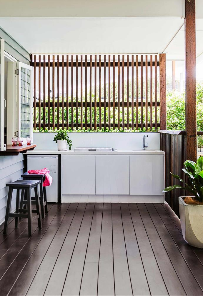 """Featuring a Caesarstone benchtop that ties the outdoor kitchen directly to this [relaxed Queenslander's](https://www.homestolove.com.au/gallery-lori-and-sanjay-s-relaxed-brisbane-queenslander-1679