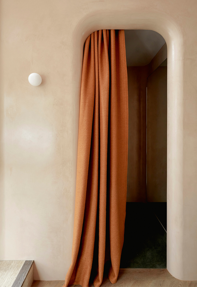 "Featuring warm neutrals, curves and [rich linen](https://www.homestolove.com.au/pure-linen-homewares-21277|target=""_blank"") curtains, this fitting room feels like an intimate retreat."