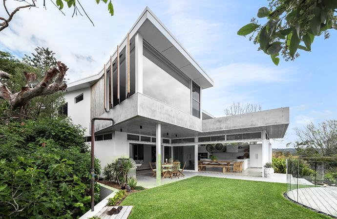The kitchen/dining and adjacent living spaces wrap around an expanse of lawn and the pool area, creating the feeling of being at one with the landscape. The main bedroom is cantilevered over the alfresco dining and barbecue terrace. Landscaping by Conzept Landscape Architects.