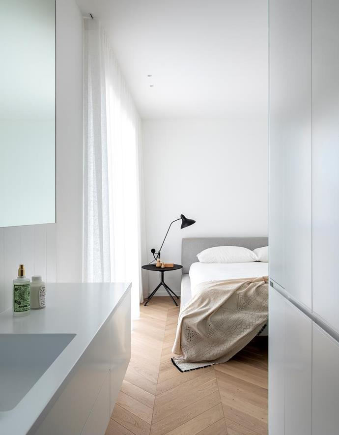 """Architect Brad Swartz was challenged with increasing both space and light in this [petite apartment abode](https://www.homestolove.com.au/black-and-white-apartment-sydney-1-22289
