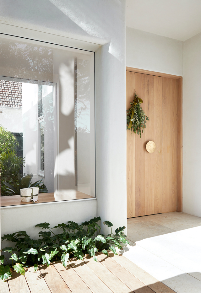 "An impressive custom brass doorknob from Mother of Pearl & Sons makes a statement on the custom rosewood front door of this  [Mediterranean-inspired coastal home](https://www.homestolove.com.au/casual-christmas-decorating-ideas-22082|target=""_blank"")."