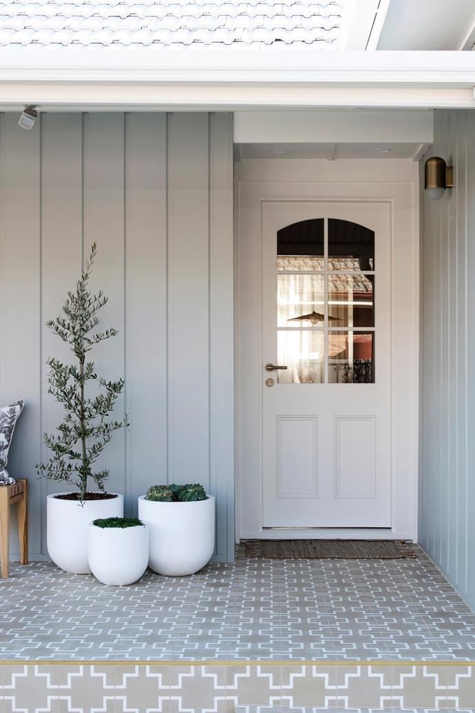 """The Three Birds painted the cottage's exterior cladding in the shade 'Pozieres' by [Dulux](https://www.dulux.com.au/specifier/colour/pozieres