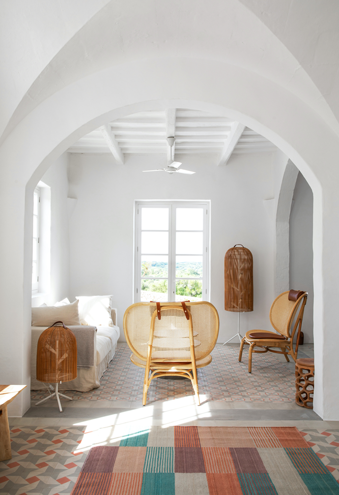 """A bright and inviting entrance opens onto a dining, kitchen and summer lounge area in this [revamped villa that exudes Mediterranean style](https://www.homestolove.com.au/rustic-style-farmhouse-mediterranean-22170