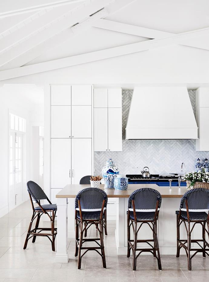 """The bar stools in this glamorous Hamptons-style kitchen in a [modern Australian farmhouse](https://www.homestolove.com.au/modern-australian-farmhouse-design-21558