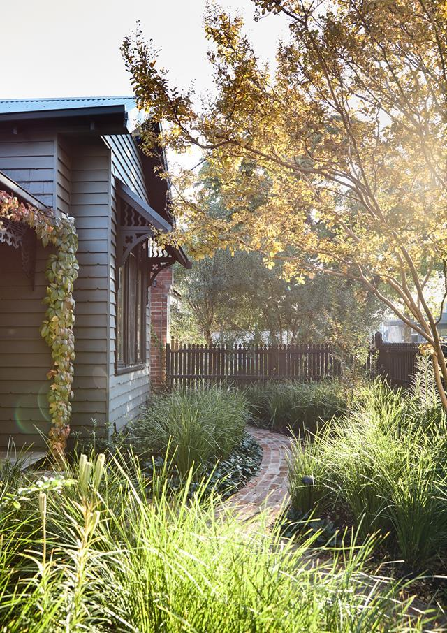"""The owners of this early- 1900s weatherboard cottage in Melbourne wanted a [simple, neat garden](https://www.homestolove.com.au/compact-landscape-designs-21251