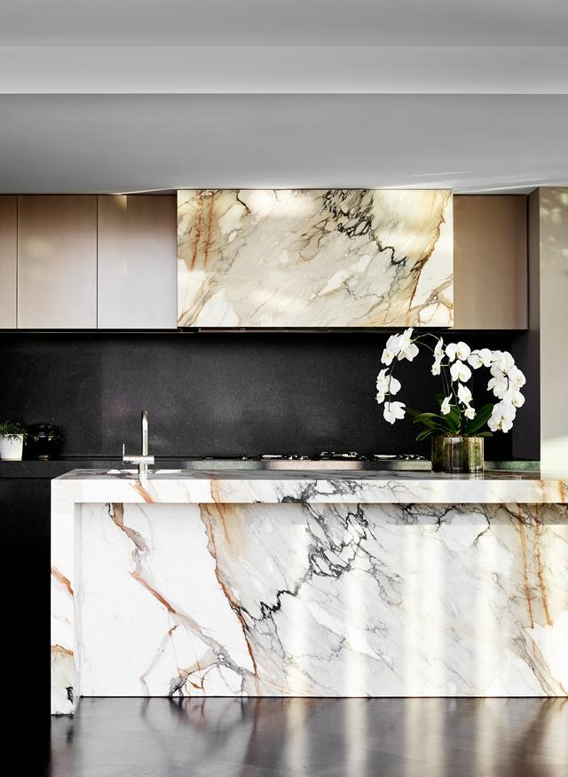 """This [showstopping penthouse](https://www.homestolove.com.au/glamorous-penthouse-apartment-melbourne-22251 target=""""_blank"""") designed by David Hicks is filled with luxurious appointments. Calacatta Oro honed marble from Corsi & Nicolai was selected for its dramatic veining and rich tones."""