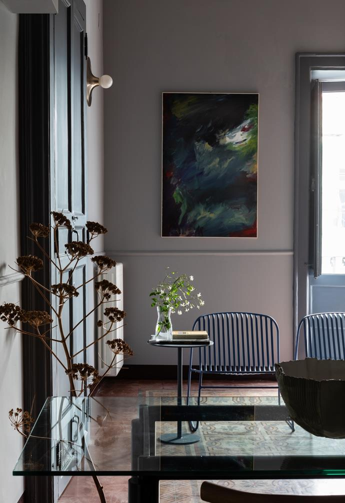 A painting by Andrea Mancuso sets the mood in the dining zone.