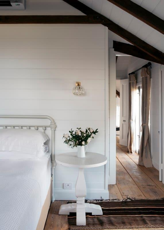 """Fashion designer Collette Dinnigan has continued to create interior magic in her latest Airbnb property, [Black Barn Bowral](https://www.homestolove.com.au/collette-dinnigan-black-barn-bowral-21628