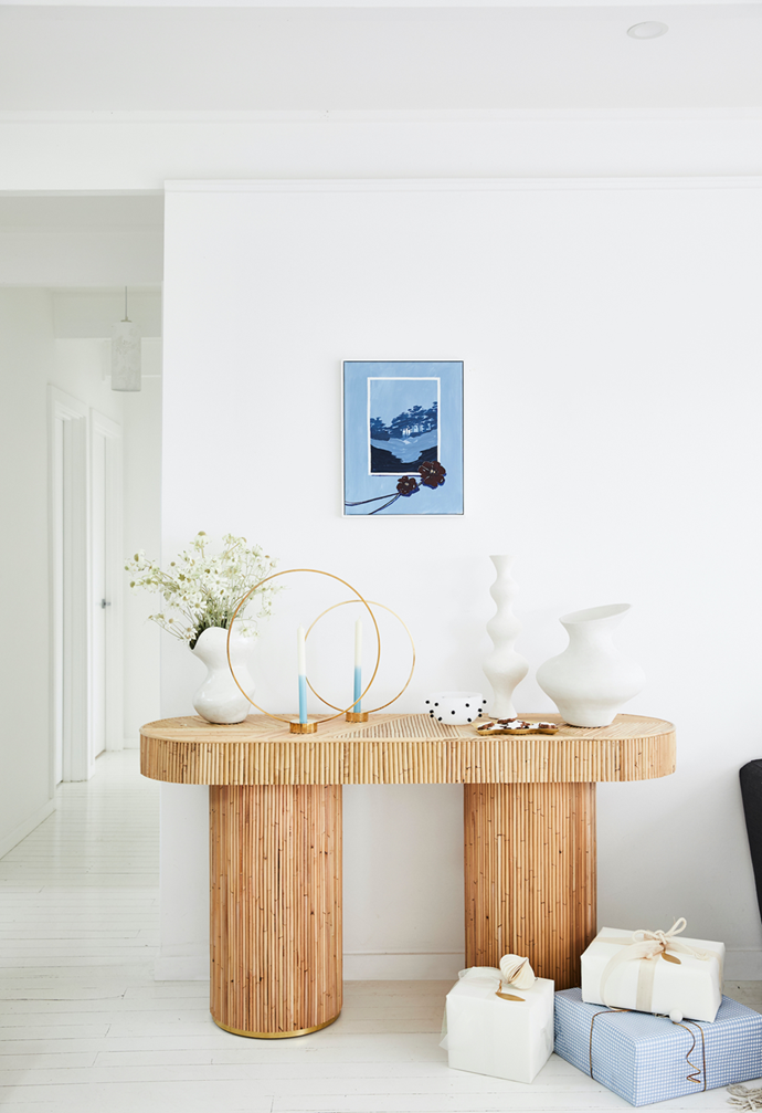 """The striking Sarah Ellison console is a beautiful focal point in this [fresh Northern Beaches home](https://www.homestolove.com.au/christmas-home-northern-beaches-22110