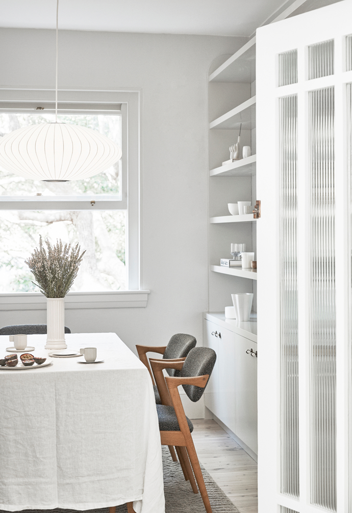 """The dining room in this [airy apartment in Sydney's eastern suburbs](https://www.homestolove.com.au/airy-art-deco-apartment-sydney-22090